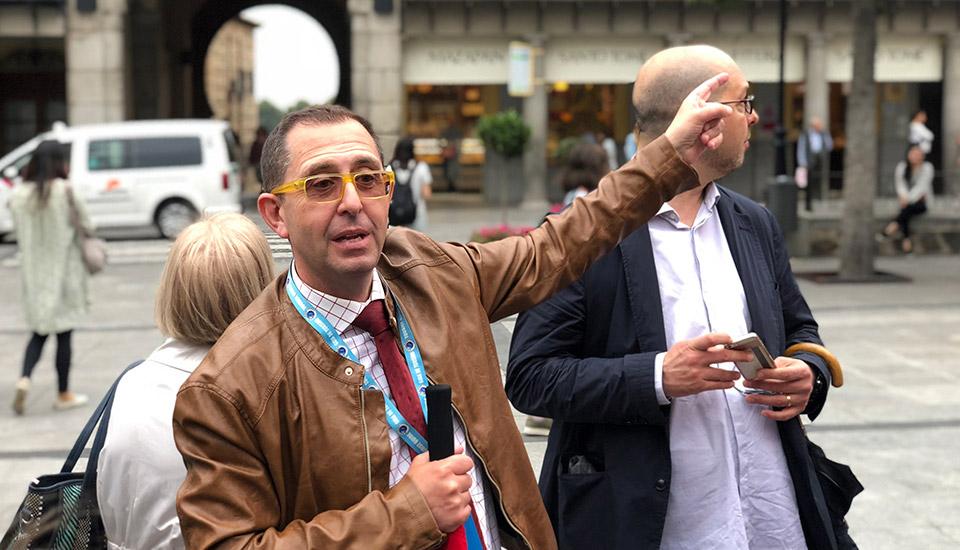Guía turístico durante visita guiada en Toledo
